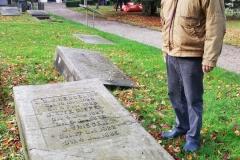 Vrijwilliger Ab Wamelink bij het graf van één van zijn voorouders.