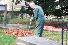 Onderhoud oude begraafplaats is niet leeftijdgebonden . . . . . .